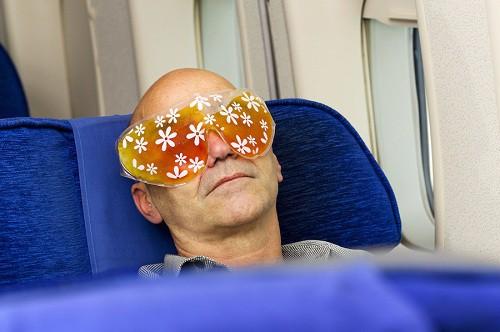 6 mẹo để không phải thức trắng trên những chuyến bay dài - Ảnh 2.
