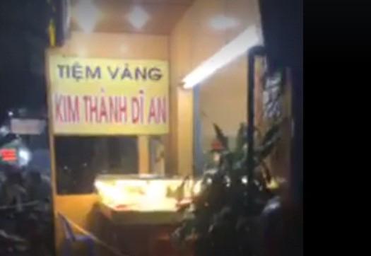 Bình Dương: Đập tủ kính, cướp tiệm vàng - Ảnh 2.