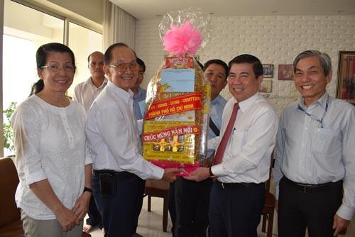 Lãnh đạo TP HCM chúc Tết Thầy thuốc Nhân dân Trần Đông A - Ảnh 1.