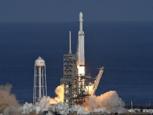 Ti phú Elon Musk phóng thành công tên lửa mạnh nhất thế giới - Ảnh 1.