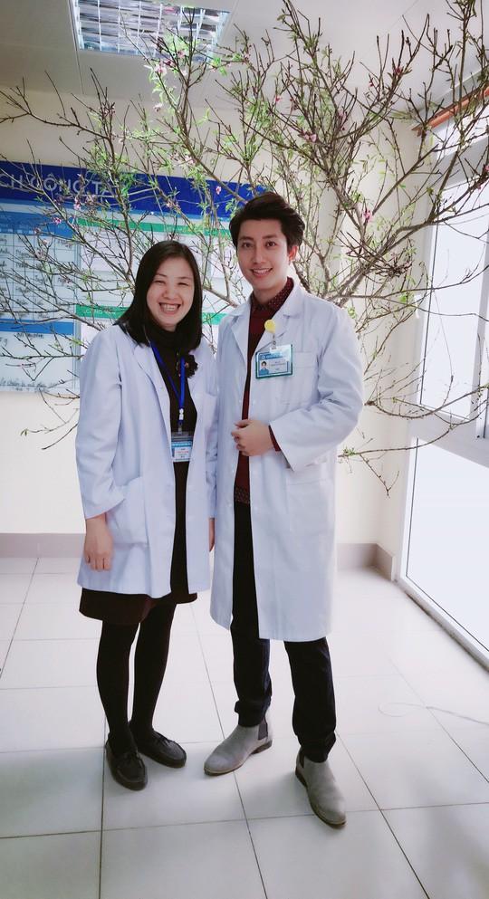 Bác sĩ phụ sản đẹp trai chia sẻ bí quyết giữ dáng ngày Tết - Ảnh 2.