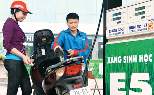 Giữ nguyên giá xăng, dầu diesel tăng 360 đồng/lít từ 15 giờ - Ảnh 1.