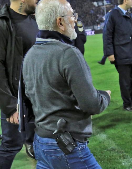 Clip - Chủ tịch CLB mang súng xuống sân đòi bàn thắng - Ảnh 2.