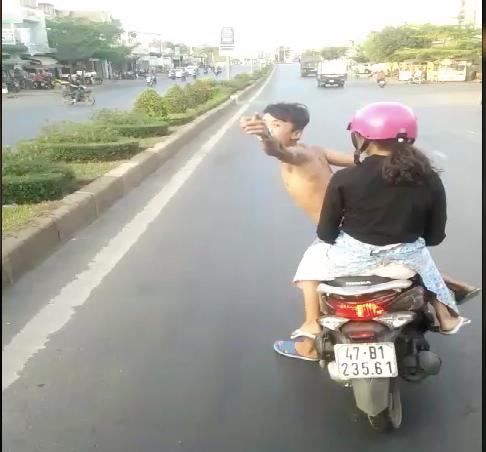 Thanh niên đầu trần chạy xe máy lạng lách, chặn đầu xe khách - Ảnh 1.