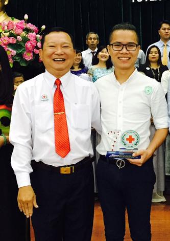Ông Lê Hoàng Thạch nhận 2 bằng khen về hoạt động từ thiện - Ảnh 4.