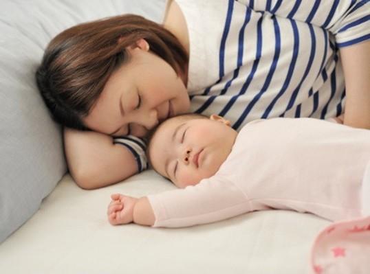 Muốn con ngủ nhanh, hãy nhớ những mẹo hữu ích này - Ảnh 1.