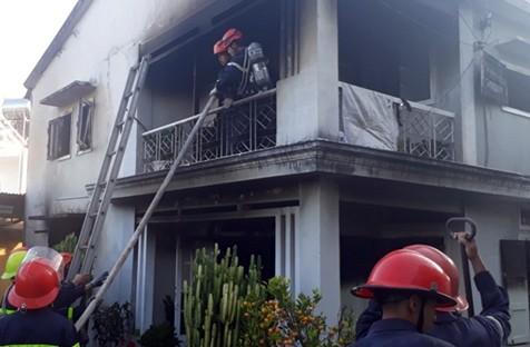 Cụ bà thoát chết trong ngôi nhà 2 tầng bốc cháy ngùn ngụt ở TP Đà Lạt - Ảnh 1.