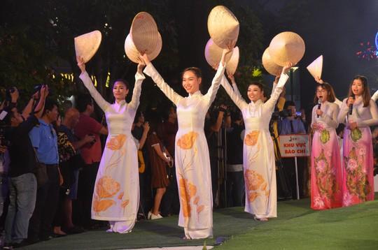 Lung linh đêm Lễ hội Áo dài 2018 tại TP HCM - Ảnh 8.