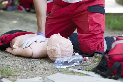 Ấn tim cứu trẻ bị đuối nước: Coi chừng gãy xương bé! - Ảnh 2.