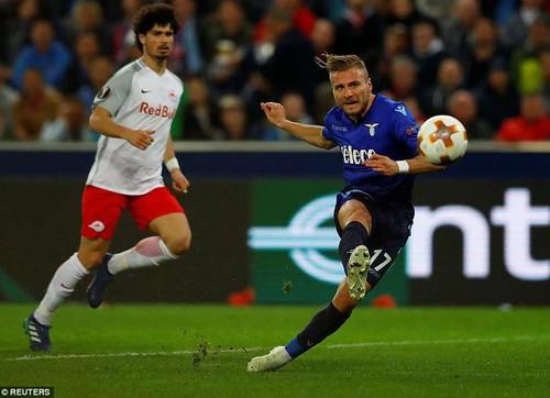 Bò đỏ Salzburg đại náo Europa League, Arsenal thoát hiểm thần kỳ - Ảnh 1.