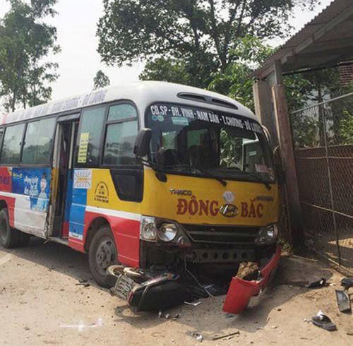 Chiếc xe buýt trong vụ tai nạn khiến 2 người tử vong, 3 người bị thương nặng