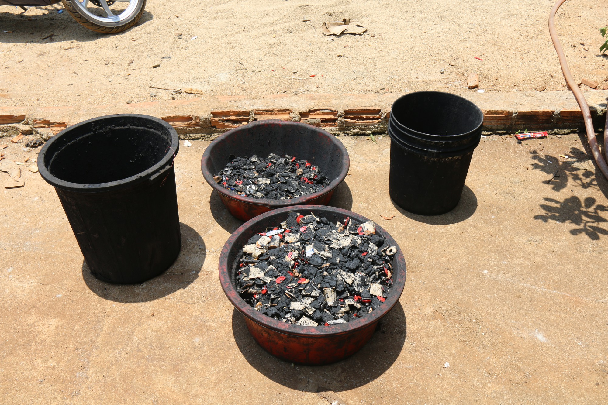Ớn lạnh khi xem cách sản xuất cà phê nhuộm than pin - Ảnh 6.