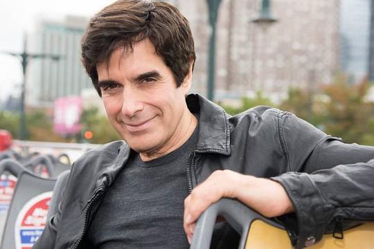 Ảo thuật gia David Copperfield bị buộc lộ bí mật trình diễn - Ảnh 1.