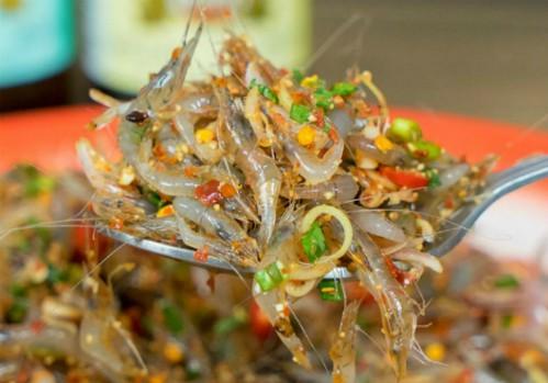Món gỏi tép nhảy múa trong miệng ở vỉa hè Thái Lan - Ảnh 1.