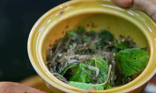Món gỏi tép nhảy múa trong miệng ở vỉa hè Thái Lan - Ảnh 2.