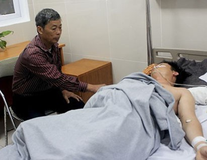 Vụ học sinh đâm thầy giáo: Ca phẫu thuật kéo dài 4 giờ - Ảnh 1.