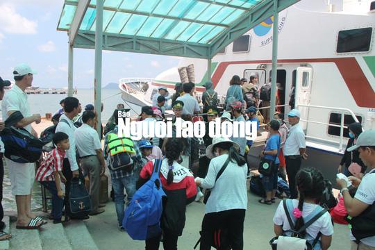 Du khách hối hả rời đảo ngọc Phú Quốc - Ảnh 6.