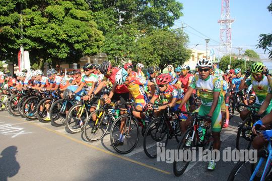 """Dân Phú Quốc chen nhau xem đua xe đạp tranh Cúp """"Gạo hạt ngọc trời"""" - Ảnh 2."""