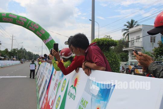 """Dân Phú Quốc chen nhau xem đua xe đạp tranh Cúp """"Gạo hạt ngọc trời"""" - Ảnh 6."""