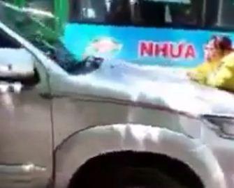 Xuất hiện clip vợ đu theo ô tô của chồng để… đánh ghen - Ảnh 3.
