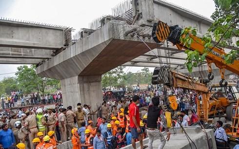 Ấn Độ: Sập cầu vượt đang xây, 18 người chết - Ảnh 1.