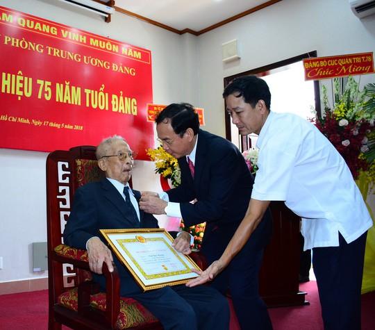 Nhà tình báo huyền thoại Mười Hương nhận Huy hiệu 75 năm tuổi Đảng - ảnh 1