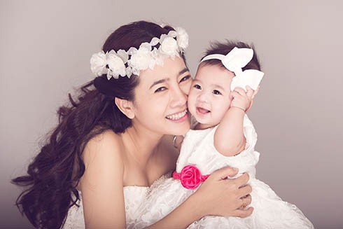 Góc khuất đẫm nước mắt của những bà mẹ đơn thân trong showbiz Việt - Ảnh 1.