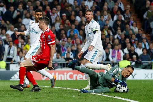 Người hùng Cuneyt Cakir trao vé chung kết cho Real Madrid - Ảnh 7.