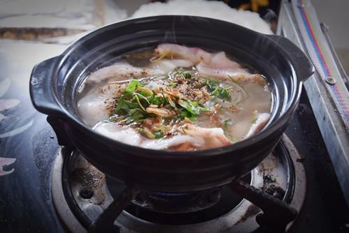 Độc lạ bún cá thố, bánh canh cốt dừa miền Tây ngay Sài Gòn - Ảnh 1.