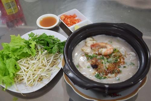 Độc lạ bún cá thố, bánh canh cốt dừa miền Tây ngay Sài Gòn - Ảnh 2.