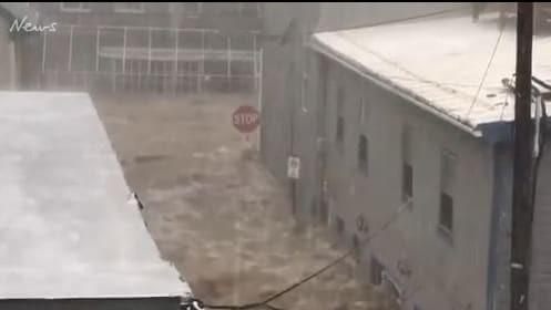 Mưa lớn, lũ bùn nhấn chìm thành phố Mỹ - Ảnh 6.