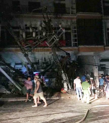 Tai nạn kinh hoàng ở Cát Bà, 4 người thương vong, mất điện diện rộng - Ảnh 1.
