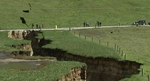 Hố địa ngục bất ngờ xuất hiện ở New Zealand - Ảnh 1.
