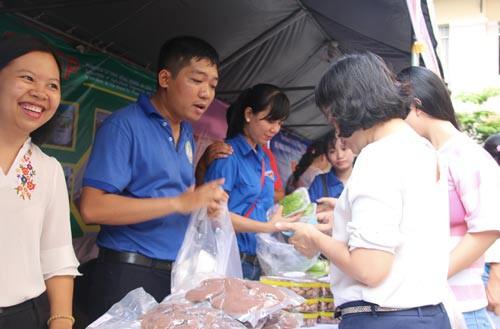 Người lao động được mua rau sạch - Ảnh 1.