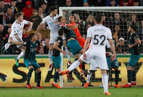 Swansea trắng tay trước Southampton, West Brom rớt hạng - Ảnh 3.