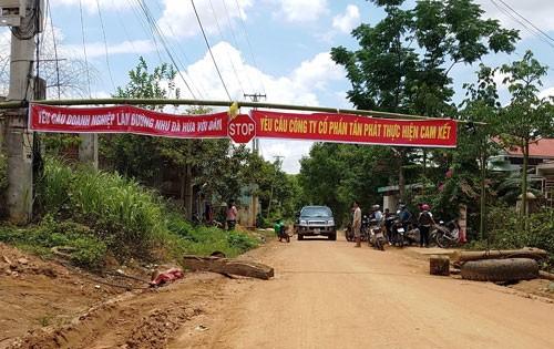 Dân chặn đường xe thi công thủy điện Pleikần - Ảnh 1.