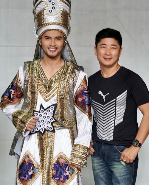 Ngọc Tuấn - người mặc áo cho nhân vật sân khấu - Ảnh 1.