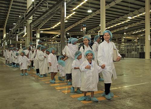Vui hè 2018, bé cùng khám phá siêu nhà máy sữa của Vinamilk - Ảnh 2.