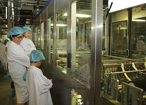 Vui hè 2018, bé cùng khám phá siêu nhà máy sữa của Vinamilk - Ảnh 4.