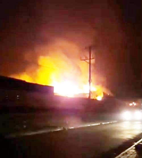 Cháy lớn thiêu rụi 20.000 m2 nhà xưởng trong khu công nghiệp - Ảnh 1.