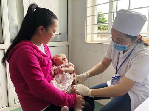 Sẽ lùi độ tuổi tiêm chủng vắc-xin sởi cho trẻ - Ảnh 1.