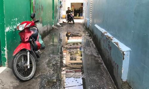 Nhà mất giá vì hẻm vào ngang nhiên bị lấn chiếm và ngập nước - Ảnh 1.