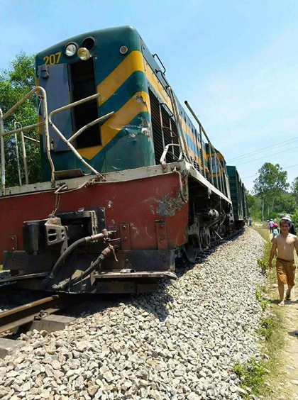 Lại xảy ra tai nạn đường sắt nghiêm trọng, tàu hỏa tông xe ben chở đá - Ảnh 1.