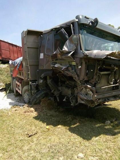 Lại xảy ra tai nạn đường sắt nghiêm trọng, tàu hỏa tông xe ben chở đá - Ảnh 3.