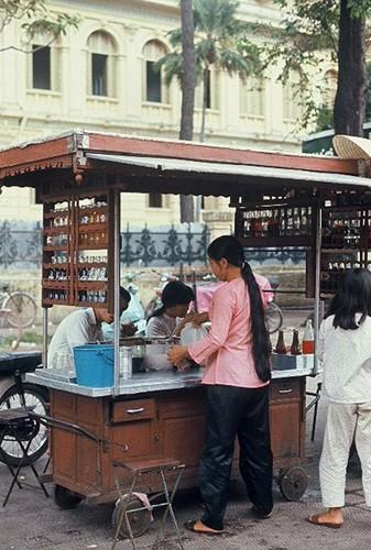 Ảnh độc đáo về hàng quán giải khát trên vỉa hè Sài Gòn xưa - Ảnh 11.