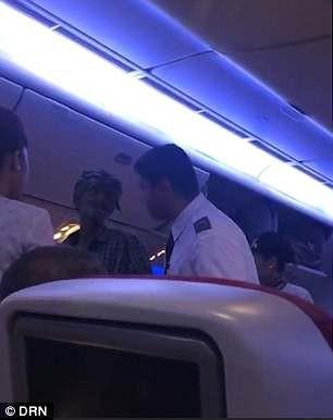 Mua vé hơn 500 USD để lên máy bay… ăn xin - Ảnh 2.