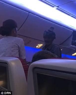 Mua vé hơn 500 USD để lên máy bay… ăn xin - Ảnh 1.