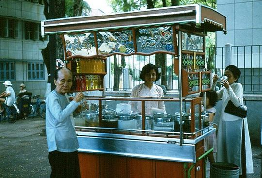 Ảnh độc đáo về hàng quán giải khát trên vỉa hè Sài Gòn xưa - Ảnh 1.