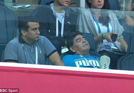 Maradona: Chửi thề, giơ ngón tay thối và… ngất xỉu trên sân - Ảnh 2.