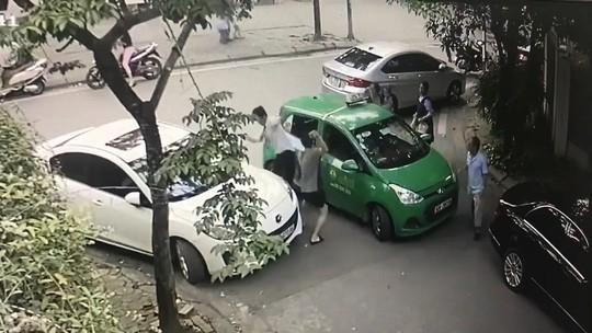 Khởi tố vụ tài xế Mercedes đánh tài xế taxi Mai Linh - Ảnh 1.